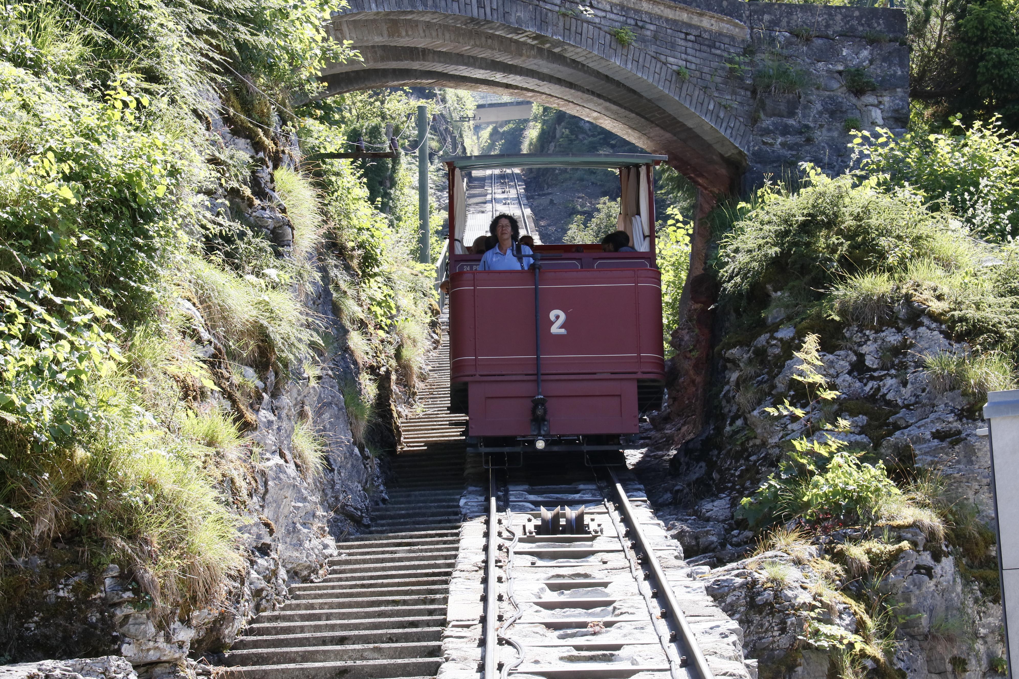 la funicolare che conduce alle cascate di Reichenbach nell'Oberland Bernese