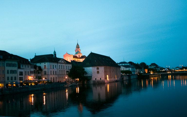Soletta di notte con vista sulla cattedrale
