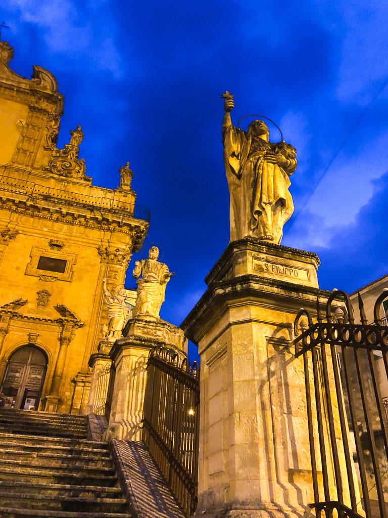 Duomo di San Pietro e alcune statue degli Apostoli