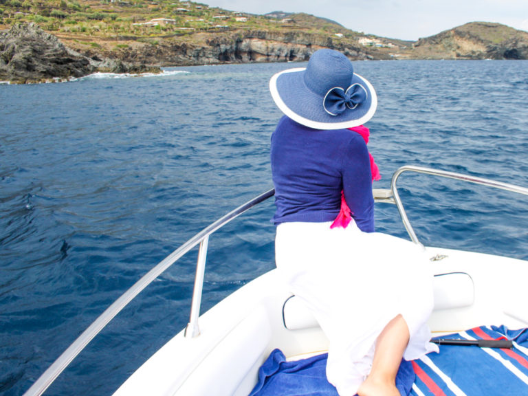 Gito in barca nell'isola di Pantelleria, Sicilia