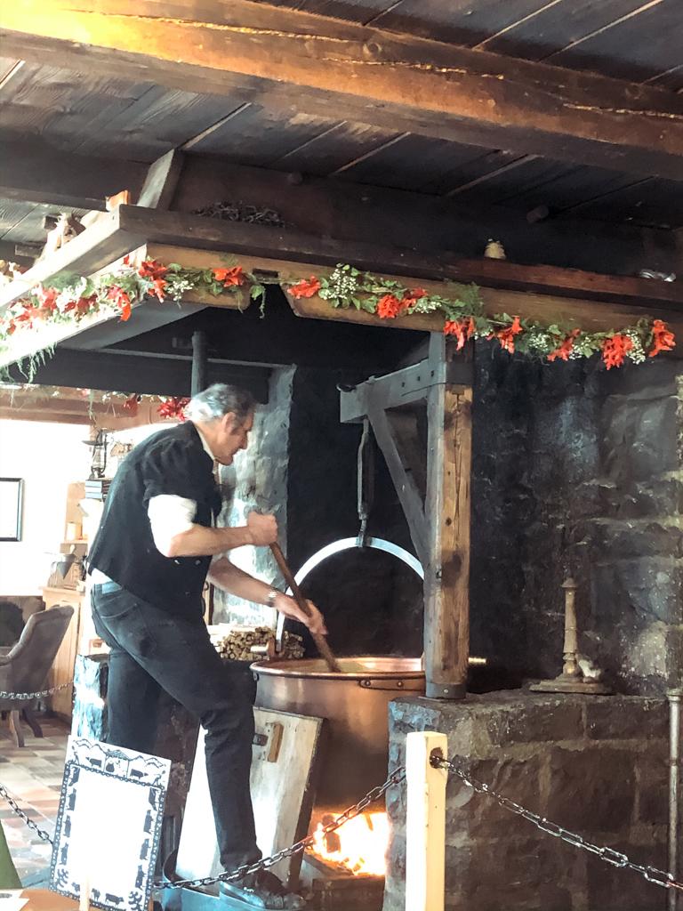 Ristorante Le Chalet-Il casaro durante preparazione del formaggio